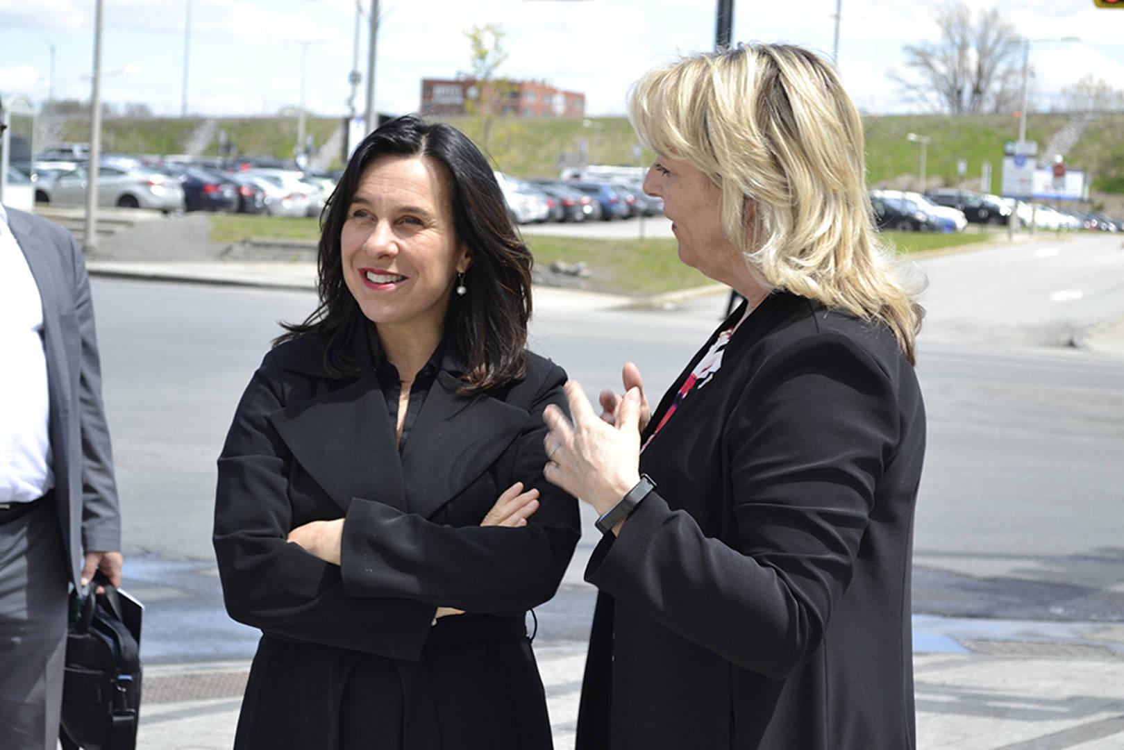 la présidente madame Valérie Plante et la mairesse de Longueuil madame Sylvie Parent à la station de métro Longueuil