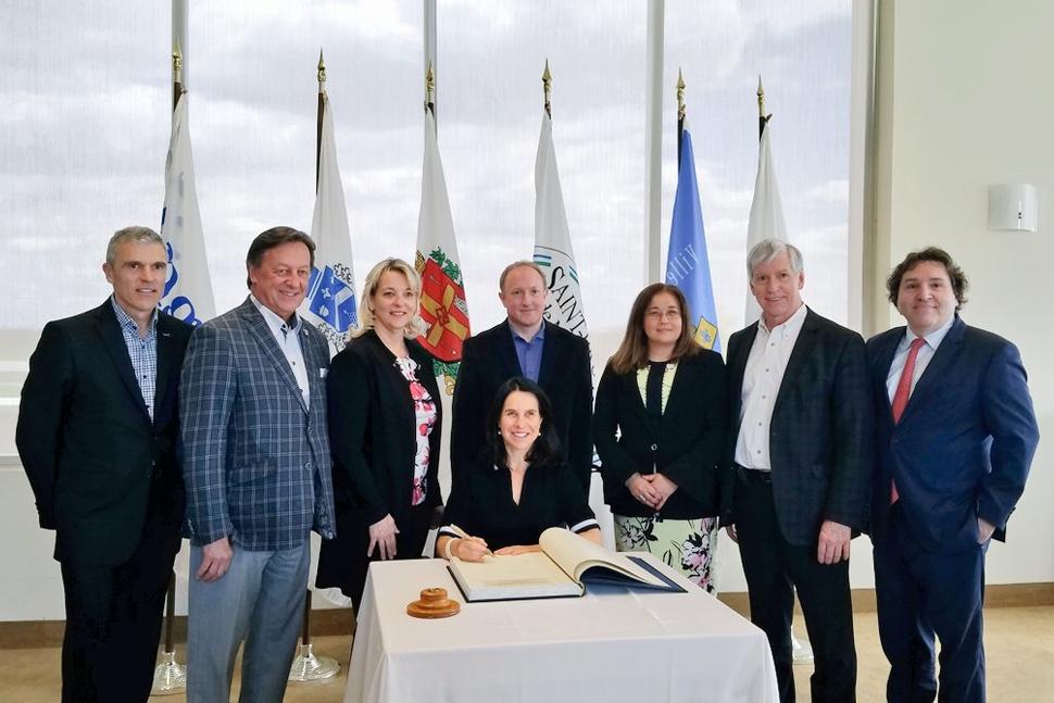 Valérie Plante signe le livre d'or de la ville de Longueuil
