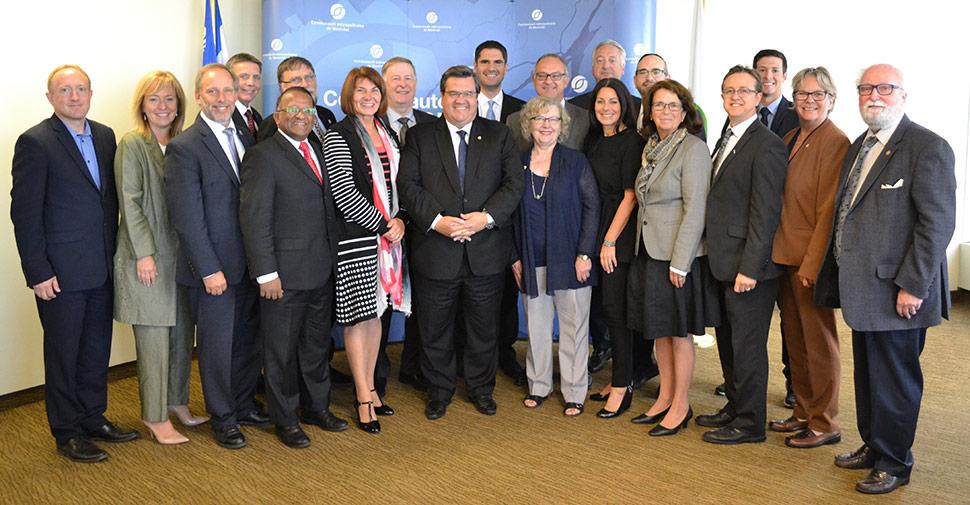 Mme Pierrette Gagné, directrice générale du Centre de Référence du Grand Montréal, en compagnie des membres du conseil de la CMM, pour souligner la décision de financer le Service 211
