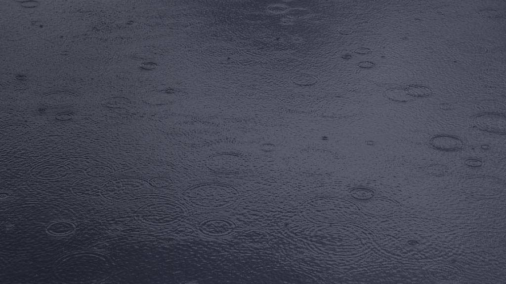 Gouttes de pluie sur l'eau