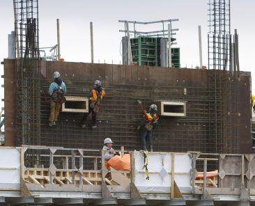 Chantier de construction et ouvriers au travail | Communauté métropolitaine de Montréal (CMM)