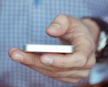 Homme consultant son téléphone cellulaire