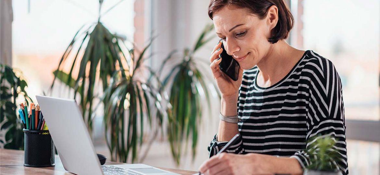 Télétravail - Femme travaillant de son bureau à la maison