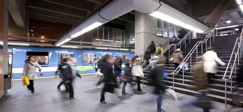 Usagers qui sortent du métro