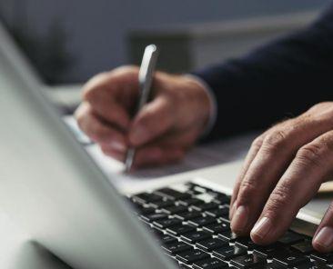 Travail à l'ordinateur - prise de note