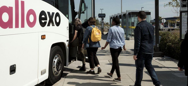 Passagers qui entrent dans un autobus Exo