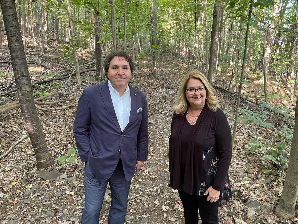 M. Massimo Iezzoni, directeur général de la Communauté métropolitaine de Montréal, et Mme Suzanne Roy, mairesse de Sainte-Julie.