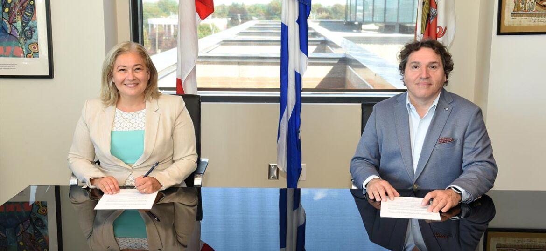 Doreen Assaad, mairesse de Brossard, et Massimo Iezzoni, directeur général de la CMM, lors de la signature de l'entente de principe.